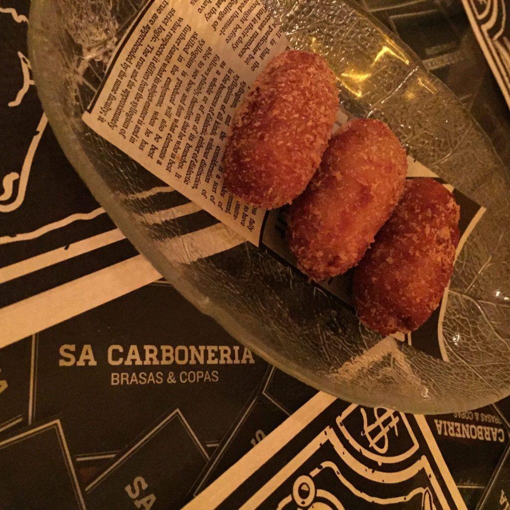 Croquetas de Sa Carbonería de Santa Eulària des Riu, Ibiza (Foto Eva Ballarin)